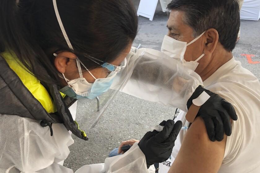 Juan Delgado recibe una vacuna contra el COVID-19 en San Francisco, 8 de febrero de 2021.
