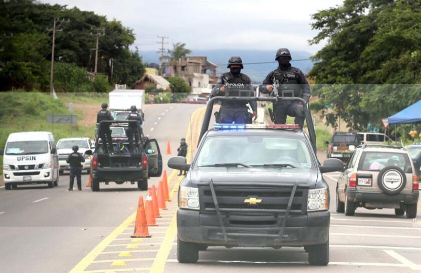 La Fiscalía del occidental estado mexicano de Jalisco asumió la seguridad del municipio de Villa Corona luego de que su alcalde fuera obligado a huir, y desarmó a los policías locales por sus presuntos lazos con el crimen organizado, informó hoy el fiscal estatal Eduardo Almaguer. EFE/ARCHIVO