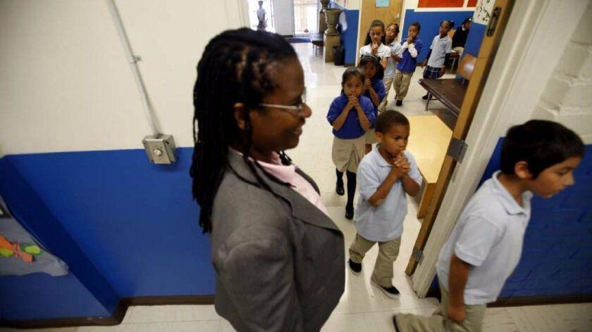 La fundadora de Celerity Educational Group, Vielka McFarlane, observa a los estudiantes mientras ingresan a clases en Celerity Nascent Charter School, en Los Ángeles. (Francine Orr)