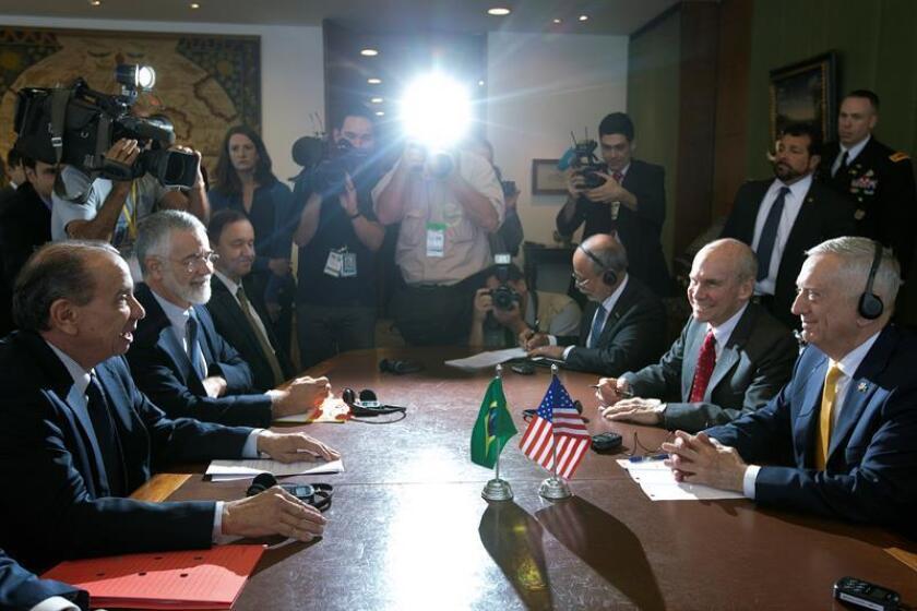 El canciller brasileño, Aloysio Nunes (i), recibe al secretario de Defensa de Estados Unidos, James Mattis (d), hoy, lunes 13 de agosto de 2018, en el Palacio de Itamaraty en Brasilia (Brasil). EFE