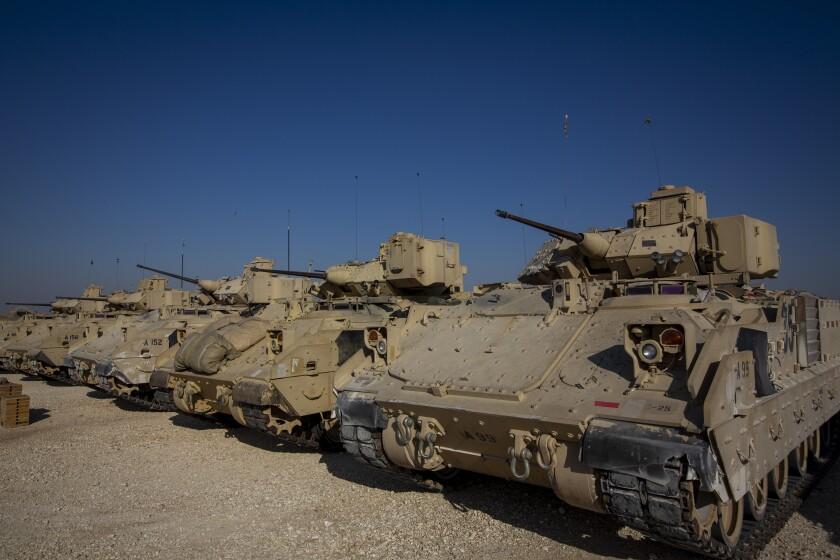 ARCHIVO - En esta fotografía de archivo del 11 de noviembre de 2019, varios vehículos de combate Bradley se encuentran estacionados en una base militar estadounidense en una ubicación no revelada en el noreste de Siria. (AP Foto/Darko Bandic, Archivo)