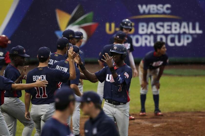 Jugadores de Estados Unidos celebran una carrera hoy, martes 14 de agosto de 2018, durante un juego entre Panamá y Estados Unidos en el Mundial Sub 15 de béisbol de la Confederación Mundial de Béisbol y Sóftbol (WBSC), en el estadio Kenny Serracín de David (Panamá). EFE