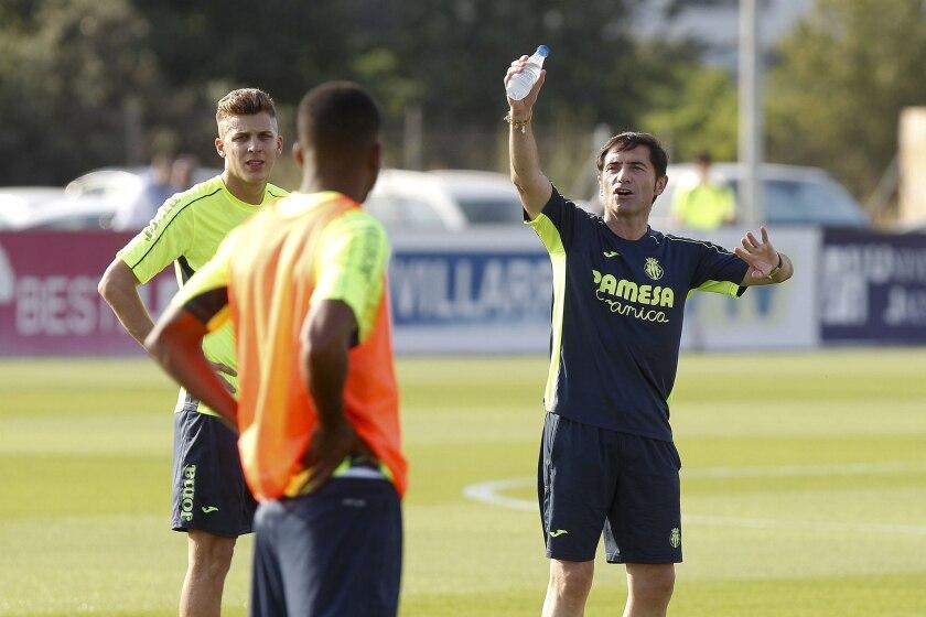 El entrenador del Villarreal, Marcelino García Toral, da instrucciones a sus jugadores durante el primer entrenamiento del equipo en el inicio de la pretemporada para la liga 2016-17. EFE/Domenech Castelló