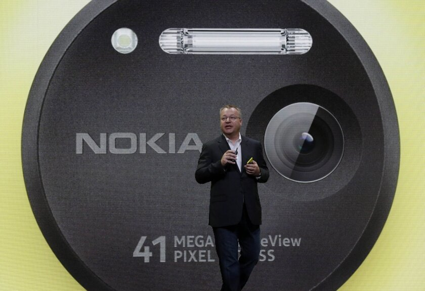 Nokia Chief Executive Stephen Elop with the new Lumia 1020 smartphone, which began selling at AT&T stores late last month