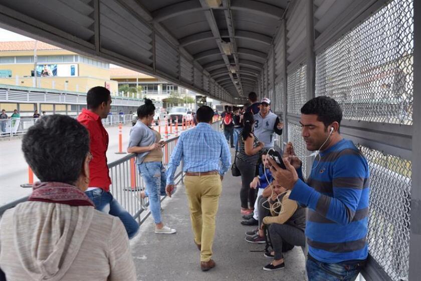 Cubanos bloqueados en la frontera entre México y Estados Unidos se manifiestan pacíficamente formando una fila en la frontera entre Nuevo Laredo (México) y Laredo (Texas, EE.UU). EFE/Archivo