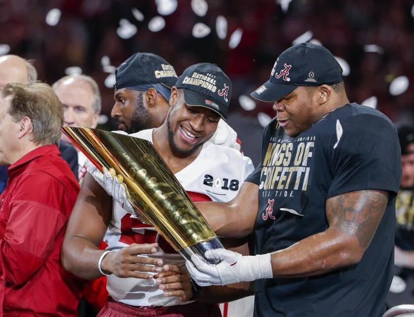 Jugadores de la Universidad de Alabama celebran su victoria ante la Universidad de Georgia tras la final de la liga universitaria de fútbol americano celebrada en Atlanta (Estados Unidos) en la madrugada de hoy, 9 de enero de 2018. EFE