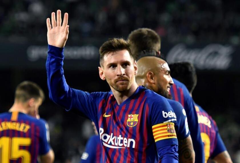 El delantero argentino del FC Barcelona, Leo Messi, celebra el cuarto gol del equipo blaugrana durante el encuentro correspondiente a la jornada 28 de primera división que disputaron en el estadio Benito Villamarín, en Sevilla. EFE