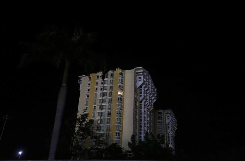 Vista de un edificio de la ciudad de San Juan (Puerto Rico), que pertenece sin luz tras un apagón histórico. EFE