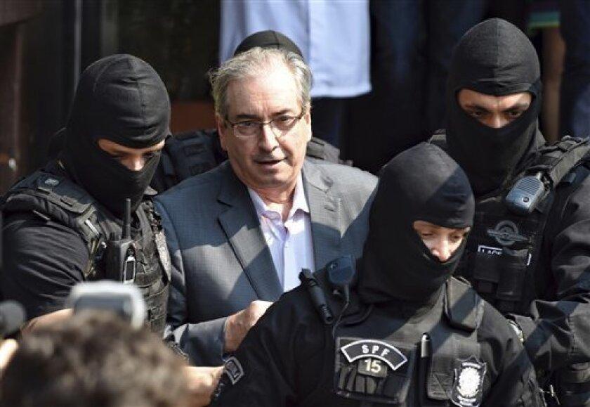 La Policía Federal brasileña inició hoy una vasta operación dirigida a investigar la actividad de agentes financieros sospechosos de blanquear parte del dinero generado por la red de corrupción que operaba en la estatal Petrobras.