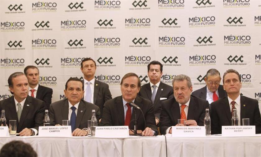 (i-d) El presidente del Consejo Nacional Agropecuario (CNA), Bosco de la Vega; el secretario general de la Concanaco, José Manuel López Campos; el presidente de la Consejo Coordinador Empresarial (CCE), Juan Pablo Castañón; el presidente de la Asociación de Bancos de México (ABM), Marcos Martínez Gavica, y el presidente de la Cámara Nacional de Comercio, Nathan Poplawsky, participan durante una rueda de prensa hoy, miércoles 6 de junio de 2018, en Ciudad de México (México). EFE