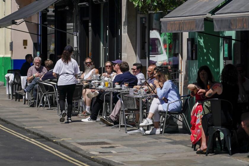 Reino Unido reporta 11.000 nuevos casos de COVID-19 en un día