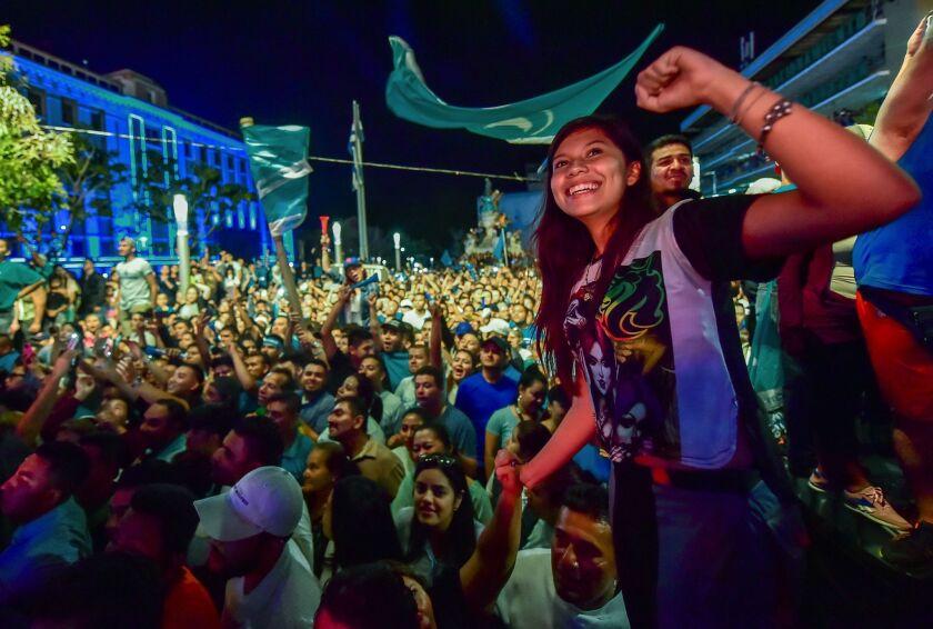 Los votantes aclamaron a Nayib Bukele en la capital salvadoreña después del histórico triunfo sobre los candidatos de los partidos que han gobernado esta nación en los últimos 30 años.