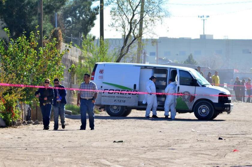 Peritos forenses investigan en la vivienda donde ocho personas fueron asesinadas a puñaladas en Ciudad Juárez, norte de México. EFE/STR/Archivo
