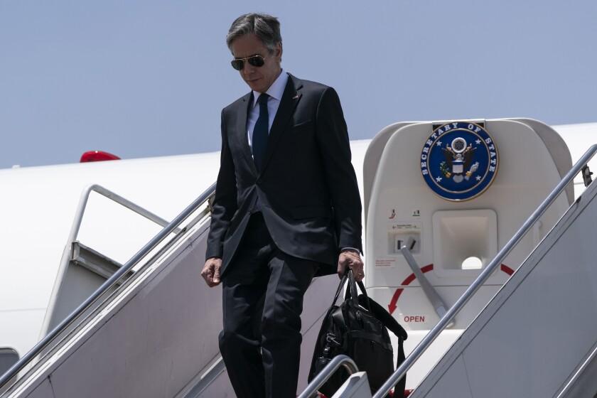 El secretario de Estado de Estados Unidos, Antony Blinken, baja de su avión
