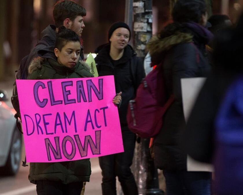 Manifestantes durante una protesta por la eliminación de DACA.