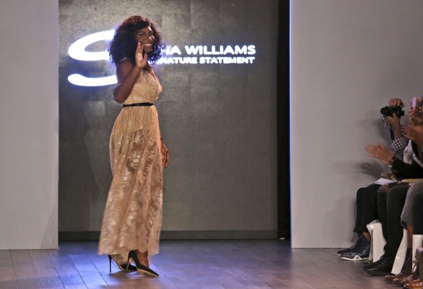 La tenista Serena Williams agradece al público tras mostrar una colección que lleva su nombre durante la Semana de la Moda en Nueva York, el lunes 12 de septiembre de 2016 (AP Foto/Seth Wenig) ** Usable by HOY, ELSENT and SD Only **