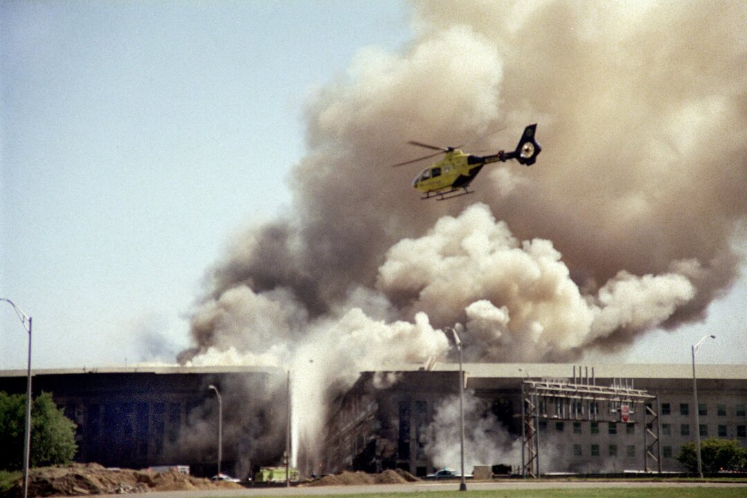 یک هلیکوپتر بر فراز ساختمان سیگاری پنتاگون پرواز می کند