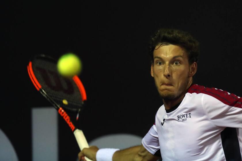 El tenista español Pablo Carreño Busta devuelve la pelota al italiano Marco Cecchinato (fuera de la foto) hoy, martes 20 de febrero de 2018, durante un partido del Abierto de tenis de Río de Janeiro (Brasil).