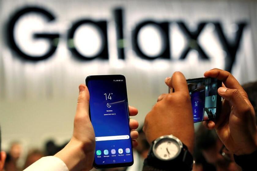 Un periodista graba el nuevo Samsung S9 durante la presentación mundial de nuevo teléfono de la compañía coreana que se celebra en el marco del del Congreso Mundial de Móviles (MWC en su siglas en inglés), que mañana comienza en Barcelona. EFE/Archivo