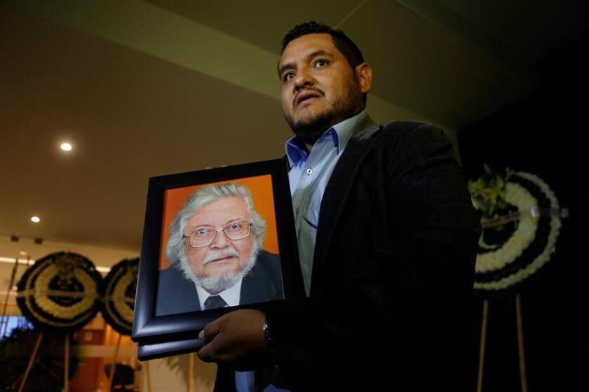 El asistente del escritor mexicano Fernando del Paso, Oscar Camacho muestra un retrato del escritor en la funeraria donde son velados los restos de Fernando del Paso en la ciudad de Guadalajara, en el estado de Jalisco (México). EFE