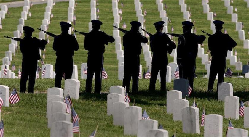 Miembros de las Fuerzas Aéreas de EEUU disparan al aire durante la ceremonia realizada hoy, lunes 29 de mayo, en el cementerio Nacional de Los Angeles, California, en conmemoración de los soldados caídos. EFE/Archivo
