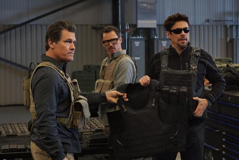 """Fotograma cedido donde aparecen los actores (i-d) Josh Brolin como Matt Graver; Jeffrey Donovan como Steve Forsing y Benicio Del Toro como Alejandro, durante una escena del thriller """"Sicario: Day of the Soldado"""". En esta continuación de """"Sicario"""" (2015), el gobierno sospecha que los cárteles de la droga han comenzado a pasar terroristas islámicos a través de la frontera, y los personajes de Josh Brolin y Benicio del Toro se asocian de nuevo para provocar una guerra entre bandas de México. EFE/Richard Foreman, Jr./Sony Pictures/SOLO USO EDITORIAL/NO VENTAS"""