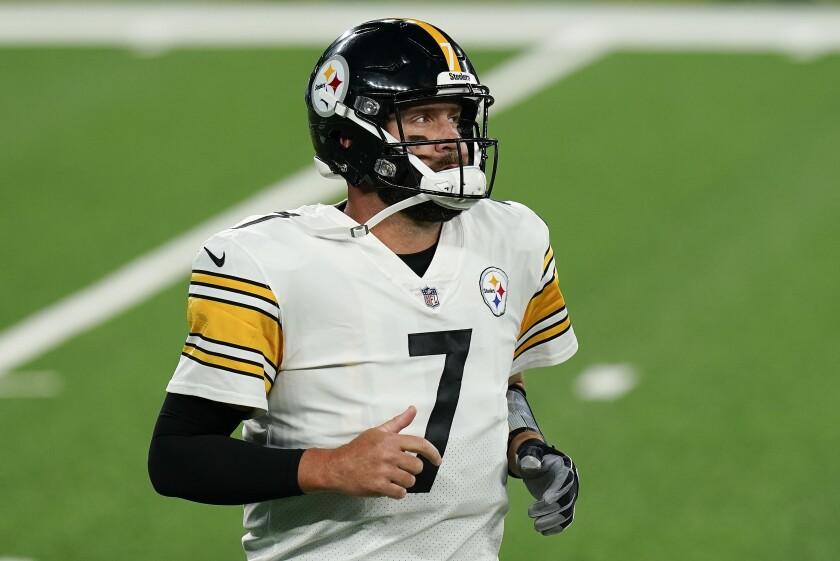 Ben Roethlisberger, quarterback de los Steelers de Pittsburgh, sale del terreno durante el partido del lunes 14 de septiembre de 2020, ante los Giants de Nueva York (AP Foto/Seth Wenig)