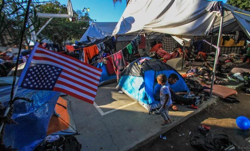 Integrantes de la caravana migrante de centroamericanos permanecen en un albergue en la ciudad de Tijuana. EFE/Archivo