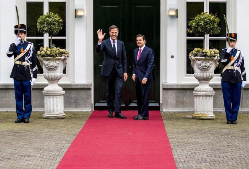 El presidente mexicano, Enrique Peña Nieto (d), y el primer ministro holandés, Mark Rutte (i), saludan antes de su encuentro en La Haya (Holanda). EFE
