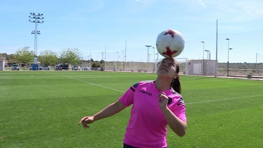 La jugadora mexicana del Levante, Charlyn Corral, máxima goleadora de la Liga Iberdrola con veinticuatro goles, ha afirmado durante la entrevista con EFE que siente orgullosa de su registro y agradeció que el fútbol le haya abierto puertas y ayudado a forjar su carácter, porque siempre ha sido una persona tímida. EFE