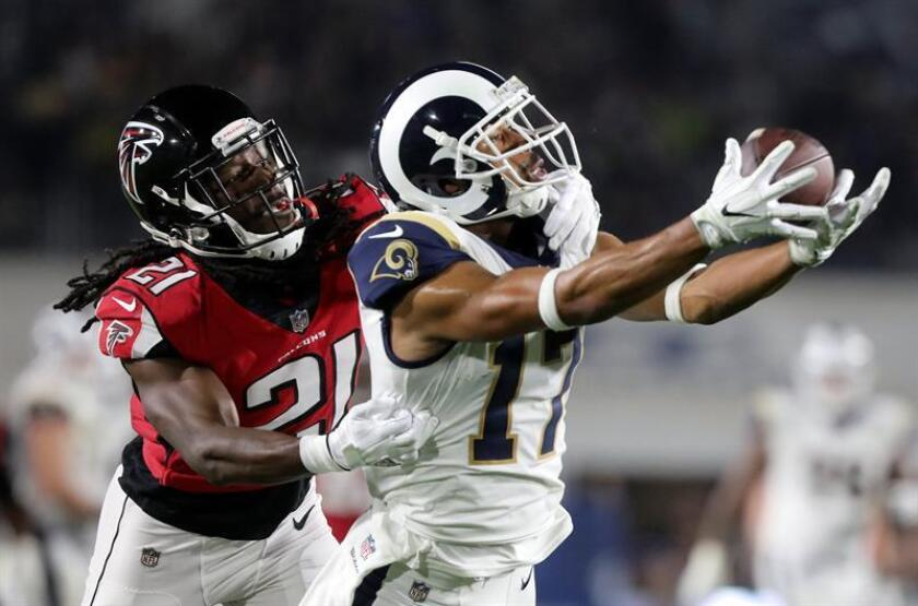Los Angeles Rams wide receiver Robert Woods (R) pulls in a long reception against Atlanta Falcons cornerback Desmond Trufant (L) in the second quarter of their NFL American football NFC wildcard game at the LA Coliseum in Los Angeles, California, USA. EFE/EPA/Archivo
