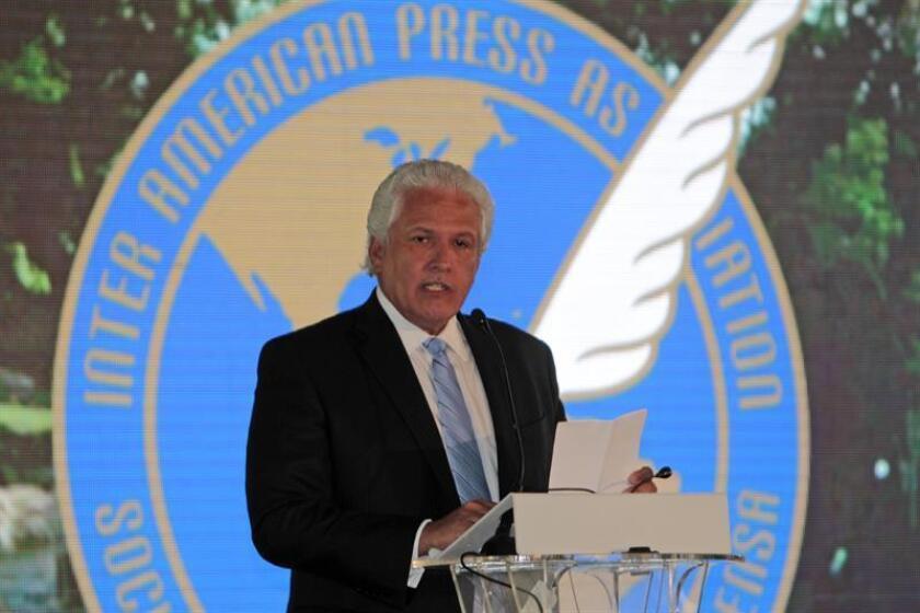 """La Sociedad Interamericana de Prensa (SIP) condenó hoy la prohibición de ingreso a Honduras de tres periodistas internacionales, así como el """"ambiente hostil"""" contra los reporteros que cubren las protestas tras las elecciones presidenciales. En la imagen el presidente de la SIP, Gustavo Mohme. EFE/ARCHIVO"""