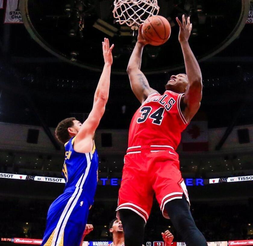 Klay Thompson (i) de los Warriors en acción contra Wendell Carter Jr. (d) de los Bulls, durante un partido de NBA entre Golden State Warriors y Chicago Bulls, en el United Center de Chicago (EE.UU.). EFE