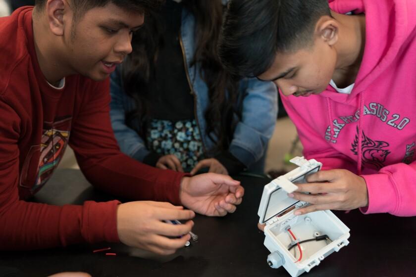 Estudiantes crean aparatos detectores de sonidos.
