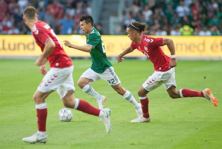 El jugador mexicano Hirving Lozano (c) disputa el balón con el danés Yussuf Poulsen (d) hoy, sábado 9 de junio de 2018, durante un partido amistoso entre México y Dinamarca en el estadio Brøndby de Copenhague (Dinamarca). El equipo local venció dos goles por cero. EFE