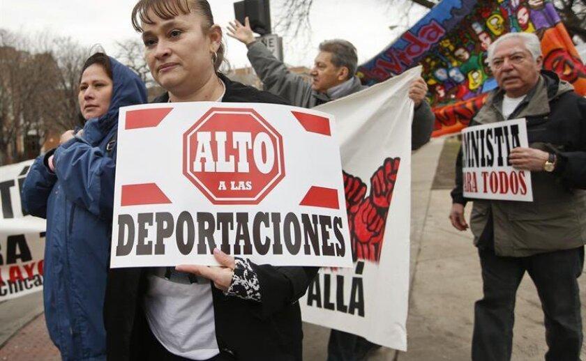 Un juez federal de Texas accedió hoy a posponer una orden previa que había emitido para que el Gobierno de Barack Obama publique los registros de inmigración de más de 50.000 inmigrantes indocumentados en el país.