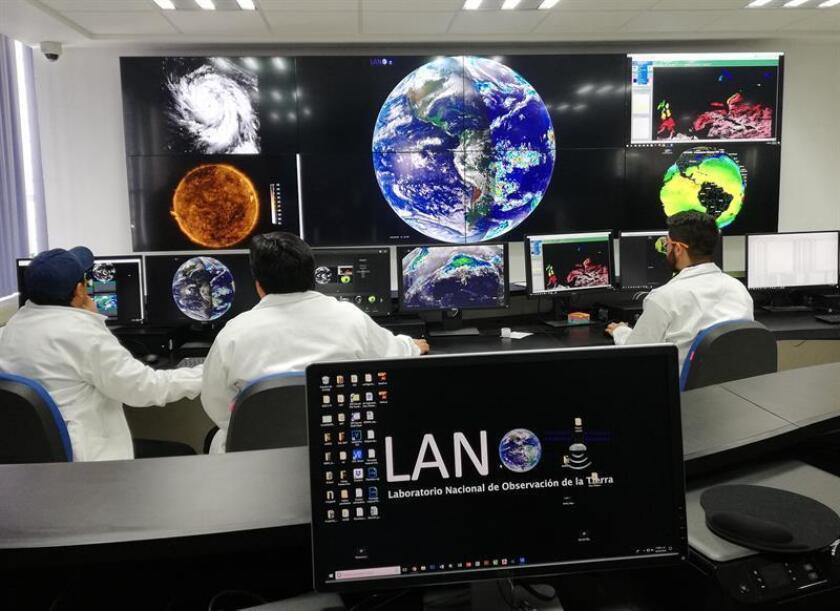 Fotografía cedida por la Universidad Nacional Autónoma de México (UNAM) hoy, viernes 2 de marzo de 2018, que muestra a investigadores que realizan pruebas de monitoreo, en Ciudad de México (México). EFE/UNAM/SOLO USO EDITORIAL