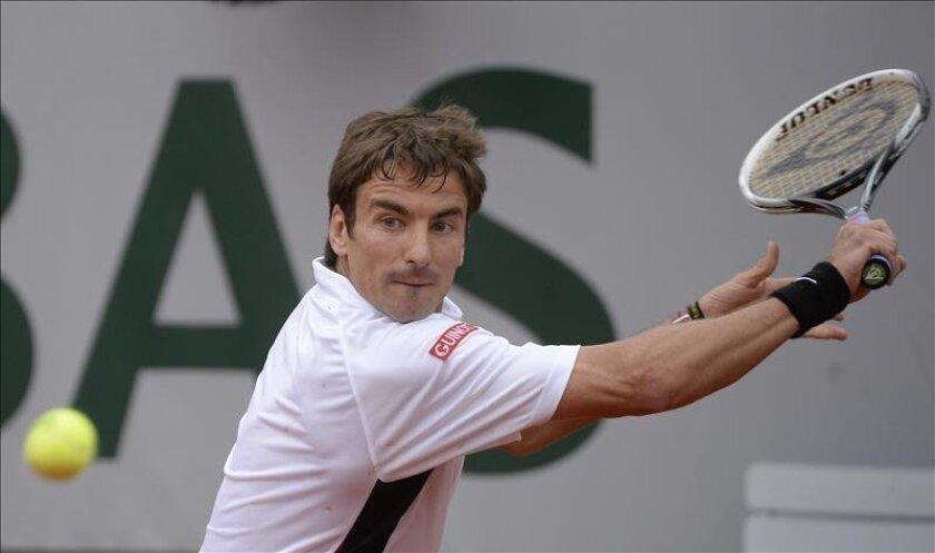 El tenista español, Tommy Robredo, devuelve una bola al francés Gael Monfils, durante el partido de tercera ronda del torneo de Roland Garros. EFE