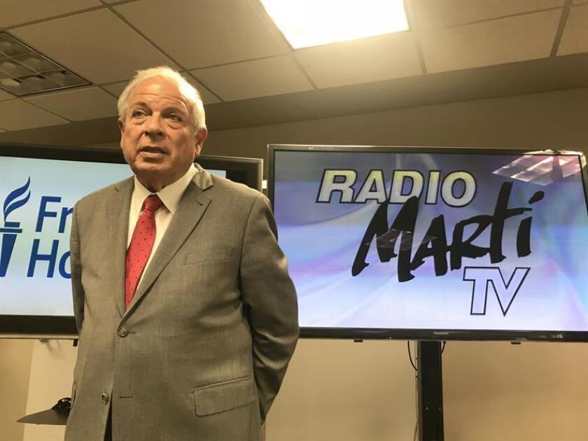 El director de la Oficina de Transmisiones hacia Cuba (OCB) del Gobierno de EE.UU, Tomás Regalado, durante una rueda de prensa en Miami. EFE/Archivo