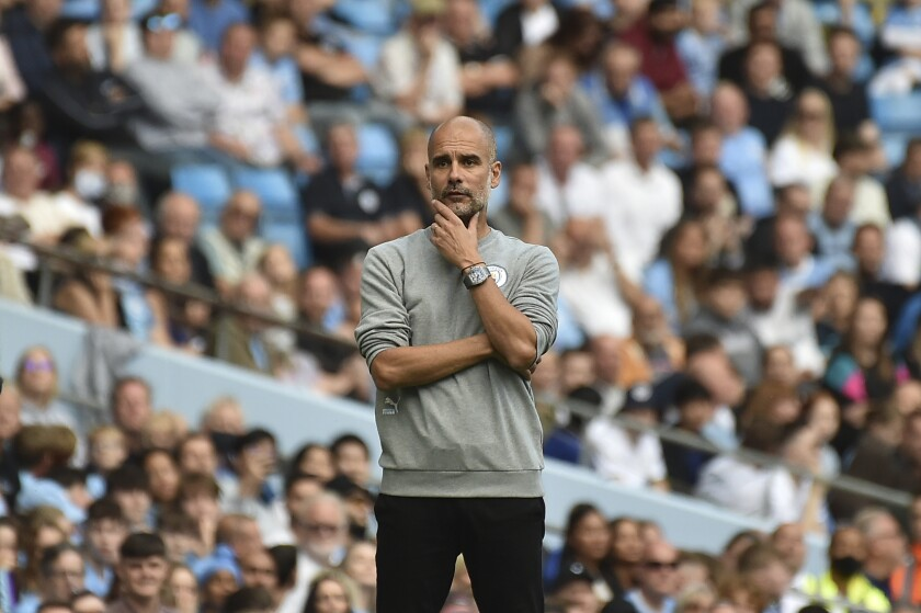 El técnico del Manchester City, Pep Guardiola, observa durante el partido del equipo de la Liga Premier inglesa.