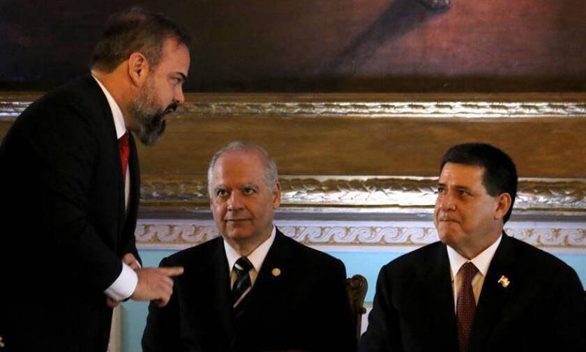 El presidente de Paraguay, Horacio Cartes (d), y el presidente de la Corte Suprema de Justicia paraguaya, Luis María Benítez Riera (c), participan durante la juramentación del nuevo ministro del Interior, Ariel Martínez (i), hoy lunes, 5 de febrero de 2018, en el Palacio de Gobierno de Asunción (Paraguay). EFE