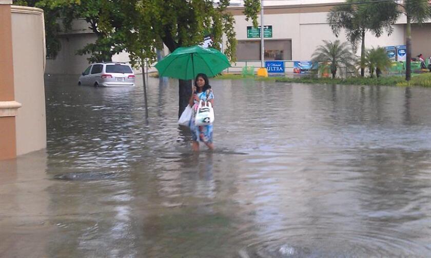 El Servicio Nacional de Meteorología (SNM) de San Juan emitió hoy un aviso de inundaciones urbanas para nueve municipios de la zona norte de Puerto Rico hasta las 09.15 de la mañana, debido al paso de una onda tropical por el noreste del Caribe este lunes. EFE/Archivo