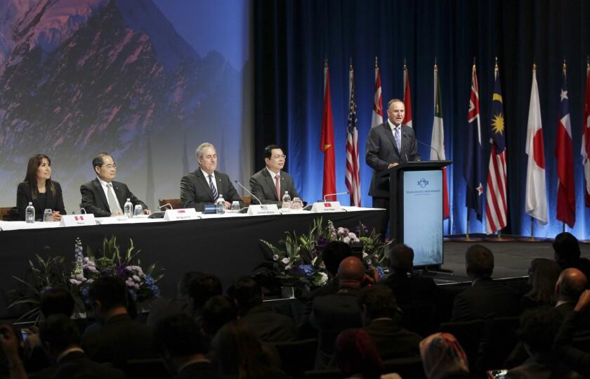 John Key, primer ministro de Nueva Zelanda, habla a delegados en la ceremonia de firma del Acuerdo de Asociación Transpacífico, el jueves 4 de febrero de 2016, en Auckland, Nueva Zelanda. Ministros de Comercio de 12 naciones de la Cuenca del Pacífico, incluido EEUU, firmaron ceremonialmente el tratado de libre comercio. (David Rowland/SNPA vía AP)