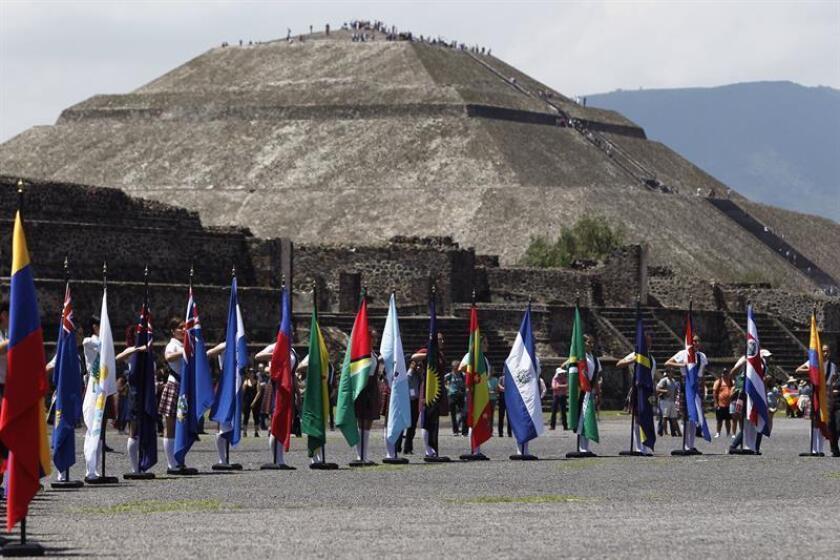 Vista de las banderas de diferentes países hoy, jueves 28 de junio de 2018, durante la ceremonia del fuego nuevo en las pirámides de Teotihuacán en Ciudad de México (México). EFE