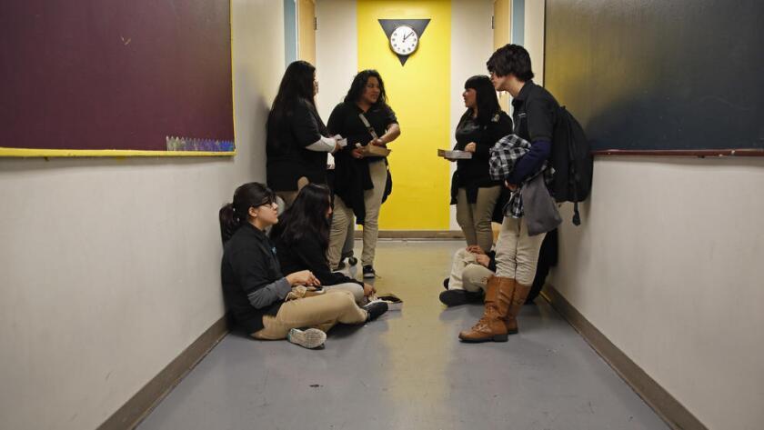 Foto de archivo de estudiantes en una escuela de L.A.