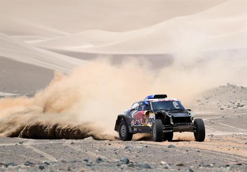 El piloto español Carlos Sainz (Mini) corre la sexta etapa del Rally Dakar 2019 entre Arequipa y San Juan de Marcona (Perú). EFE