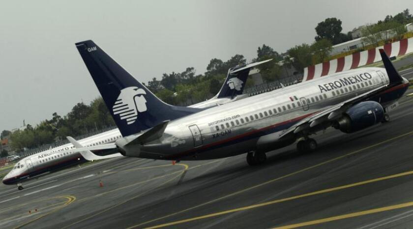 MEX03. CIUDAD DE MÉXICO (MÉXICO), 03/10/07.- Dos aviones de la aerolínea mexicana Aeroméxico se encuentran a la espera de su despegue de la pista del Aeropuerto Internacional de Ciudad de México. El Grupo Mexicana Aviación, propiedad del Grupo hotelero Posadas, realizó hoy, 3 de octubre de 2007, en Ciudad de México, una oferta pública de adquisición de Aeroméxico de 2.173 millones de pesos (199 millones de dólares), la mayor de las tres presentadas hasta ahora. EFE/Marcos Delgado
