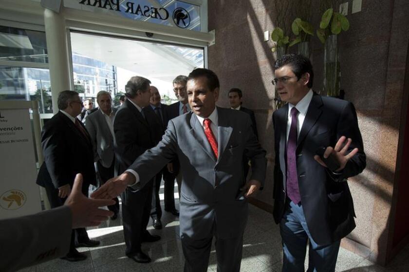 """El exgobernador de Veracruz y excónsul en Barcelona, Fidel Herrera (i), se desvinculó hoy de la cadena de decisiones en la compra de medicamentos apócrifos contra el cáncer durante su mandato en ese estado del oriente de México, y afirmó que regresará al país para """"que se esclarezcan los hechos"""". EFE/ARCHIVO"""