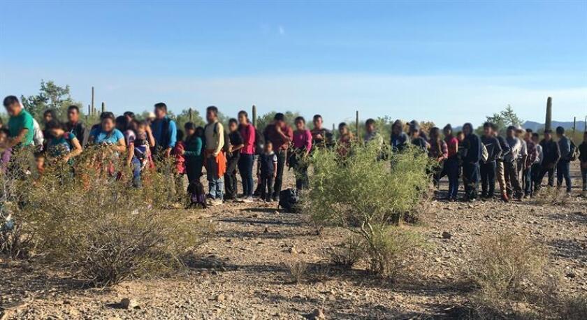 Fotografía cedida hoy, miércoles 5 de septiembre de 2018, por la Patrulla Fronteriza (CBP) donde aparecen algunos de 163 inmigrantes indocumentados que fueron arrestaron el fin de semana en la frontera de Arizona, entre ellos varios niños y un bebé de cuatro meses de nacido, según informó la agencia federal. EFE/CBP/SOLO USO EDITORIAL/NO VENTAS