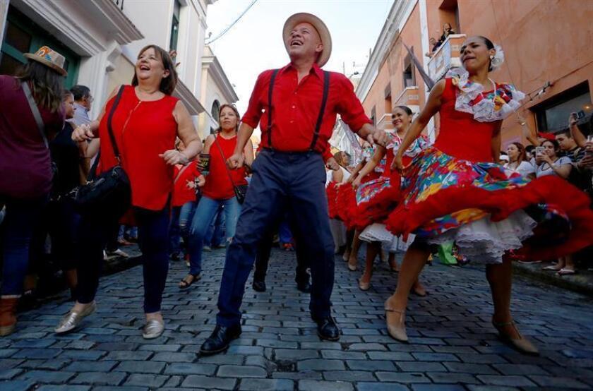 Una comparsa popular desfila durante la inaguración de las Fiestas de la Calle San Sebastián, en San Juan (Puerto Rico),el jueves 18 de enero de 2018. EFE/Archivo